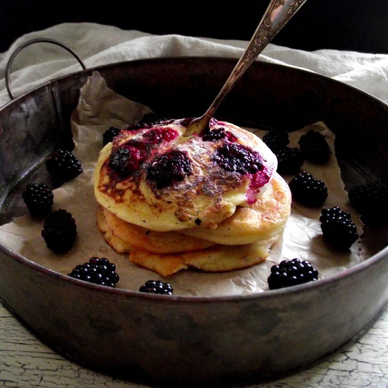 Buttermilch-Pfannkuchen mir Brombeeren