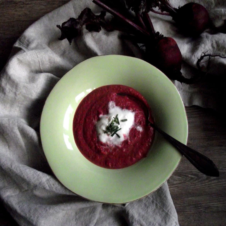 rote beete cremesuppe mit meerrettichsahne. Black Bedroom Furniture Sets. Home Design Ideas
